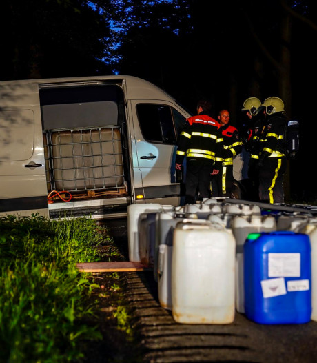 Bus achtergelaten in Oosterhout, vaten vermoedelijk gevuld met drugsafval