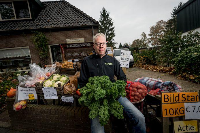 Jeroen Wolterink verkoopt al een tijd groenten vanaf zijn kraam voor zijn huis. Hij begint nu een bezorgservice.