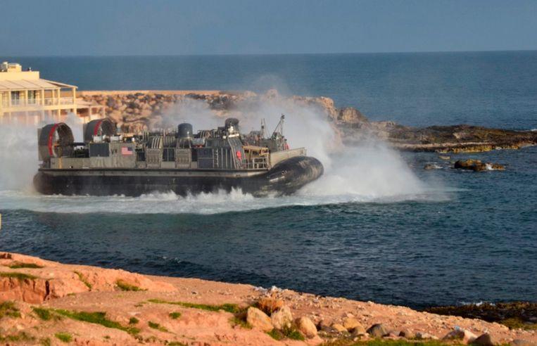 Een Amerikaanse hoovercraft vertrekt vanuit Janzur, ten westen van Tripoli, met evacués aan boord. Beeld AP