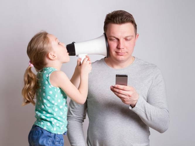 """Veel ouders zijn vergroeid met hun telefoon, professor waarschuwt: """"Dan krijg je kinderen die eerst kunnen swipen en dan pas stappen"""""""