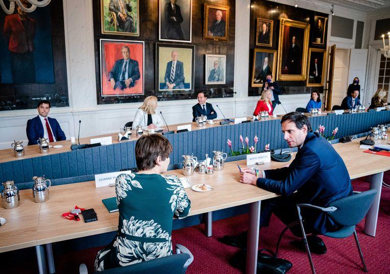 Wopke Hoekstra (CDA) in gesprek met Lilianne Ploumen (PvdA), daags na de verkiezingen. Beeld ANP