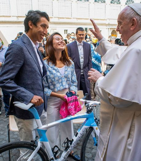 Foto's | Giro-winnaar Bernal met roze trui op bezoek bij paus