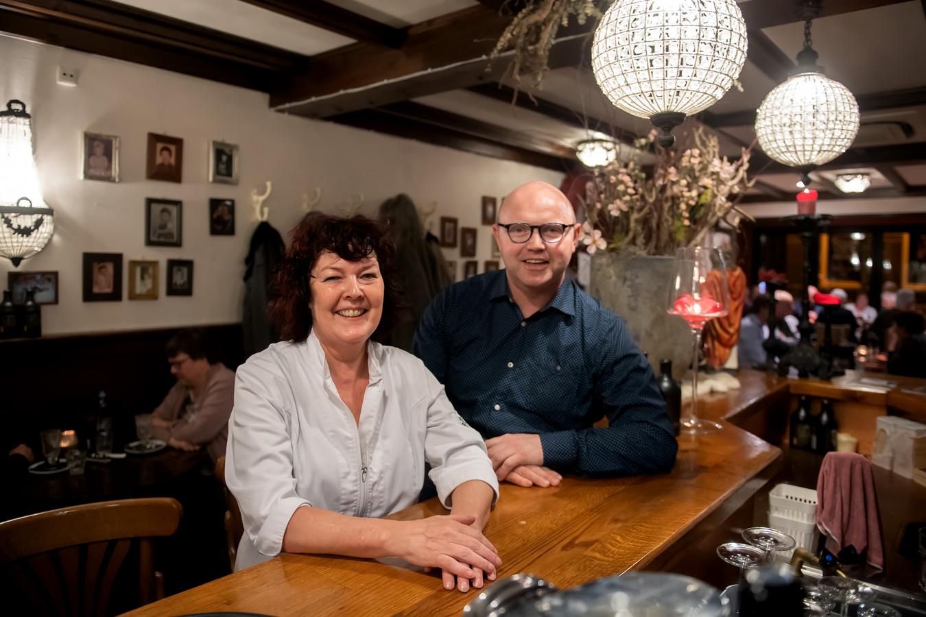 Imelda Diepstraten en haar opvolger Rob Hereijgers in de Soete Inval in Zundert.