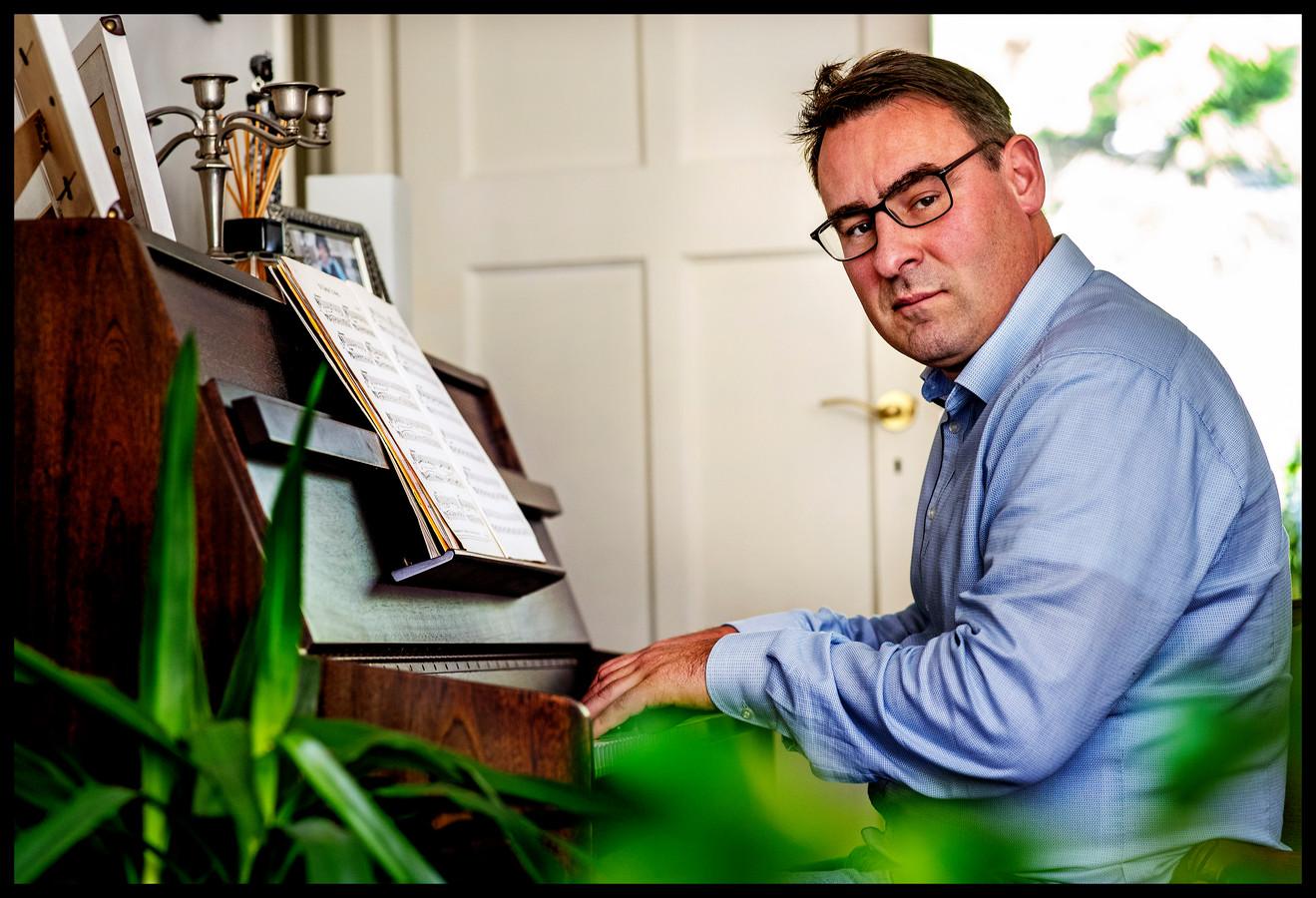 """Richard de Mos achter de piano. ,,Het lied van Goede Tijden Slechte Tijden kan ik bijvoorbeeld."""""""