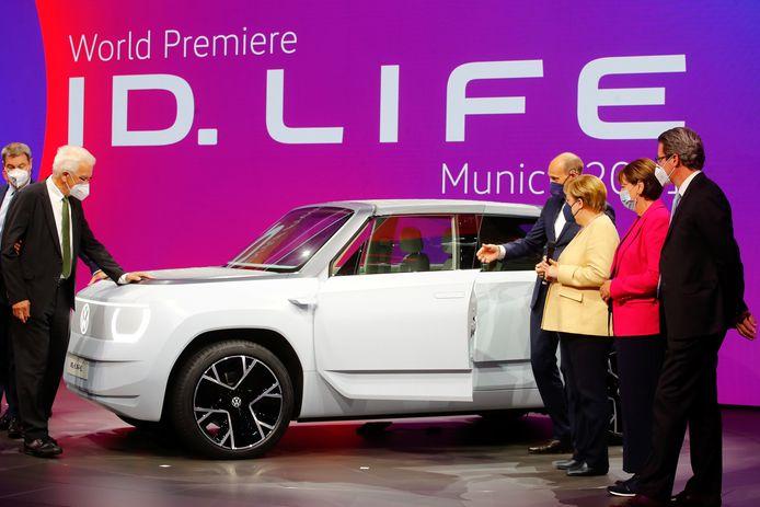 Bondskanselier Angela Merkel neemt een kijkje bij de Volkswagen ID.Life concept car tijdens de autoshow IAA in München. Naar verluidt werkt Skoda aan een eigen versie van dit model