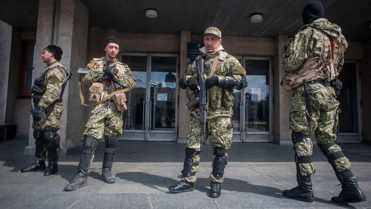 Soldaten voor een gebouw in Slavjansk. Beeld EPA
