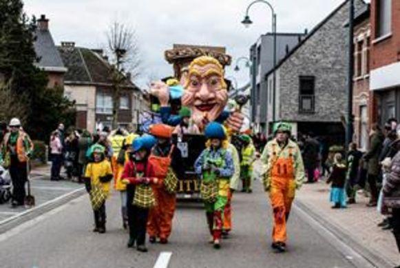 De carnavalsoptocht in Balen trekt steeds weer prachtige praalwagens naar het centrum.