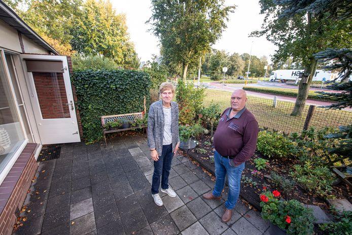 Wim en Betsie Kolthof kijken vanuit hun woning en tuin uit op de drukke Rijssensestraat.