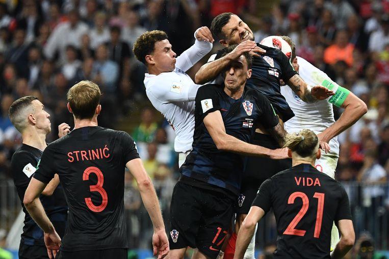 De Engelsen Dele Alli en Kane vechten in de lucht met Mandzukic en Lovren. Beeld AFP