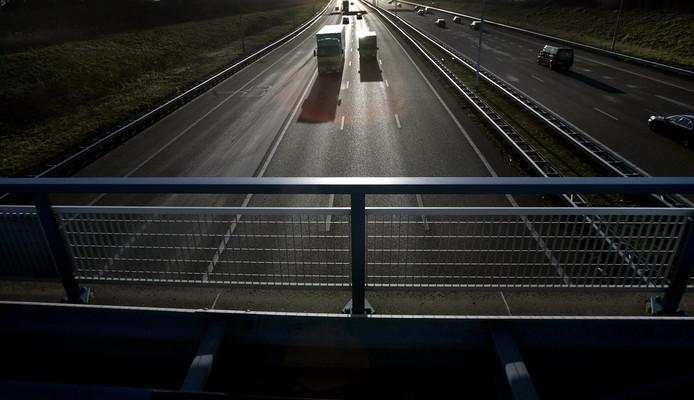 Het hoekpolderviaduct ter hoogte van Rijswijk over de A4.