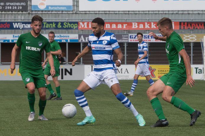 Ravelino Junte (midden) probeert Frank Heus (links) en Jeffrey van den Dikkenberg van zich af te schudden.