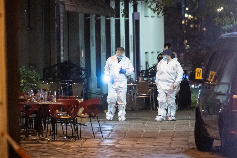De plek waar de aanslag is gepleegd in Wenen wordt onderzocht door de politie.  Beeld EPA