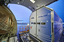 Een container van ASML in Veldhoven schuift het vliegtuig in.