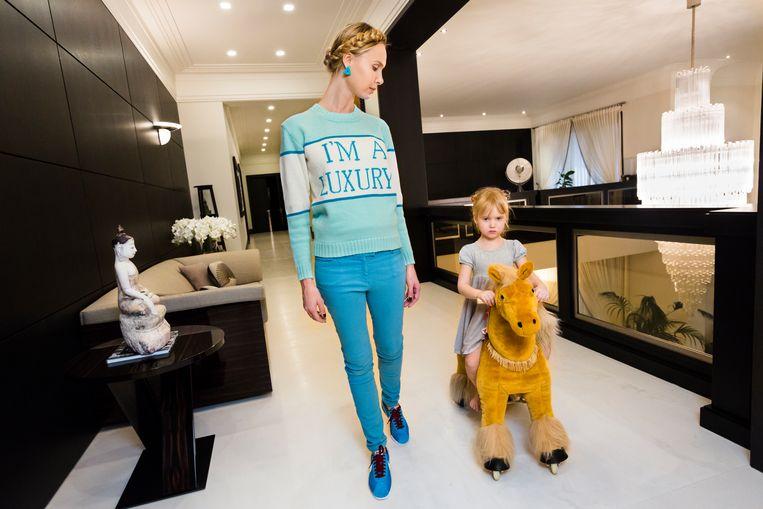 Ilona thuis met haar dochter Michelle (4), Moskou, 2012. Beeld Lauren Greenfield / Fotomuseum Den Haag