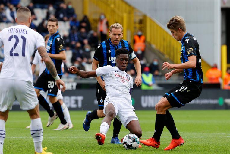 Albert Sambi Lokonga, hier tegen Club Brugge, is ondanks zijn onervarenheid al een grootverdiener in België. Beeld Photo News
