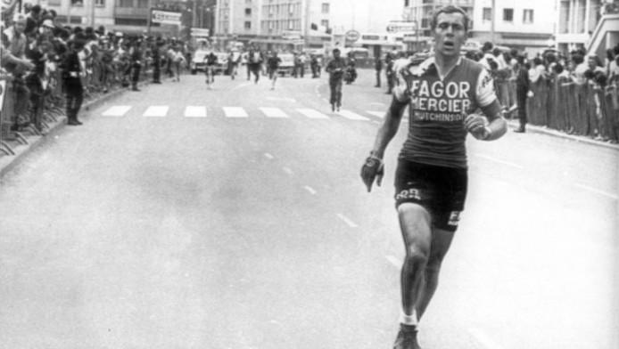 Legendarisch beeld uit de Tour van 1971: Gerard Vianen verloor zijn fiets tijdens een massale valpartij kort voor de finish van de elfde etappe in Nevers, en liep zonder fiets naar de streep.