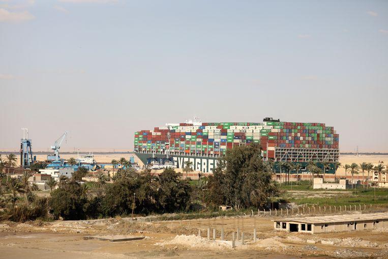 Het containerschip Ever Given zat vorige maand overdwars vast in het Suezkanaal. Beeld AP