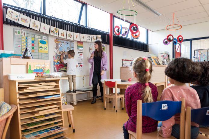 Leerlingen van basisschool Oost in de klas. Vanaf 15 februari krijgt de school een Zongroep. Kinderen met een meervoudige beperking kunnen daar dagbesteding krijgen.   Het sintcomite is op bezoek bij School Oost