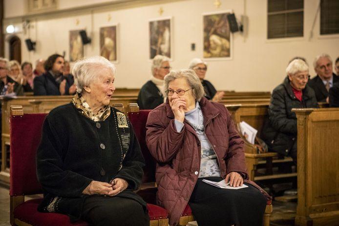Zuster Castissima Neef (links) met naast zich zuster Leokorda Kok (R).