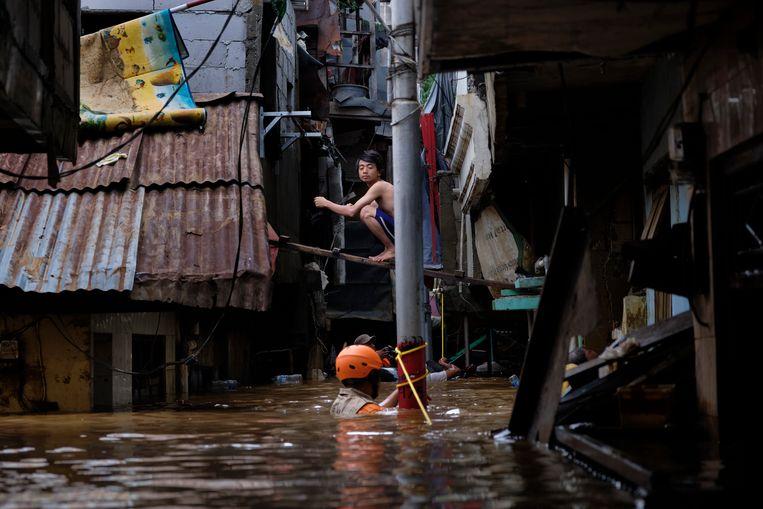 Reddingswerkers in Jakarta. Beeld Getty Images