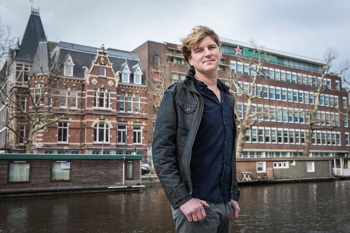 Onderzoeksjournalist Olivier van Beemen voor het Amsterdamse hoofdkwartier van Heineken