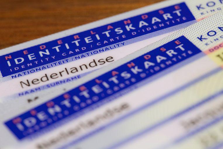 Illustratiebeeld van twee Nederlandse identiteitskaarten. Beeld Shutterstock