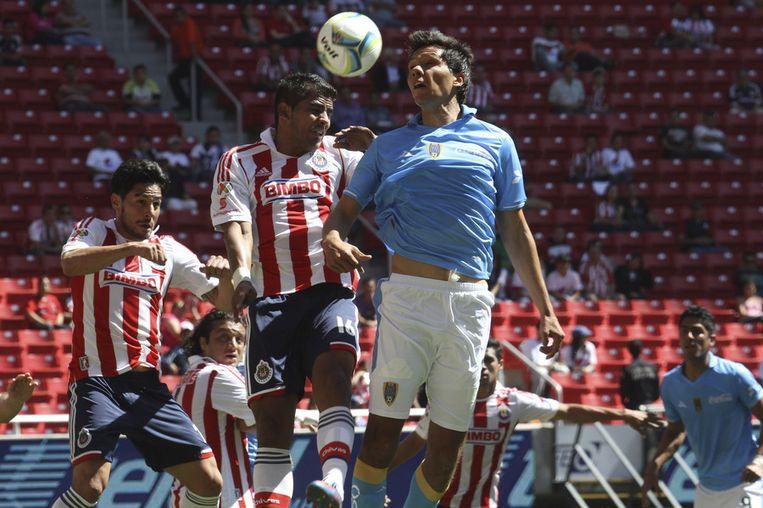 Rafael Marquez en Miguel Angel Ponce (Chivas, links) in duel met Ricardo Adan Jimenez van San Luis. Beeld getty