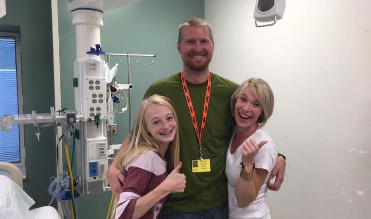 Macey met haar ouders in het ziekenhuis, net voor de operatie.