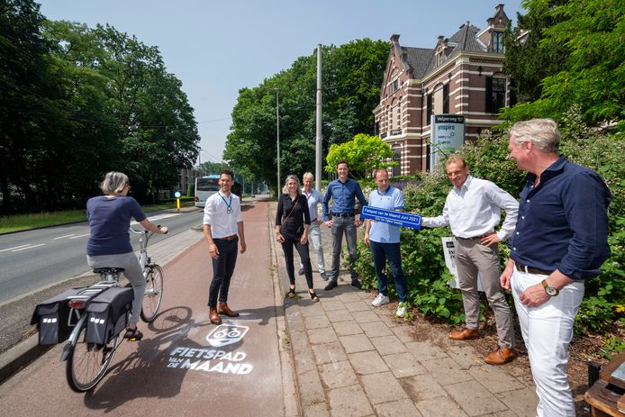 Het eerste Fietspad van de Maand, het fietspad langs de Velperweg tussen Arnhem en Velp, is geadopteerd. Tweede van links Maarten Tjallingii, rechts wethouder Jan van Dellen en DDJ-mededirecteur Ronald de Jonge.
