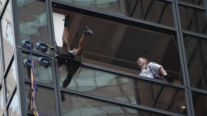 Man beklimt Trump Tower in New York, politie sleurt hem na 2,5 uur door raam