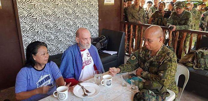 Wilma en Allan Hyrons in een militair kamp op de Filipijnen na hun redding uit de handen van jihadisten.