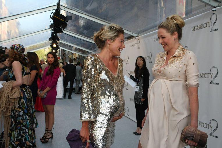 De twee zwangere vrouwen Nikki Plessen (L) en Renate Verbaan praten met elkaar op de  rode loper. Foto ANP<br /> Beeld