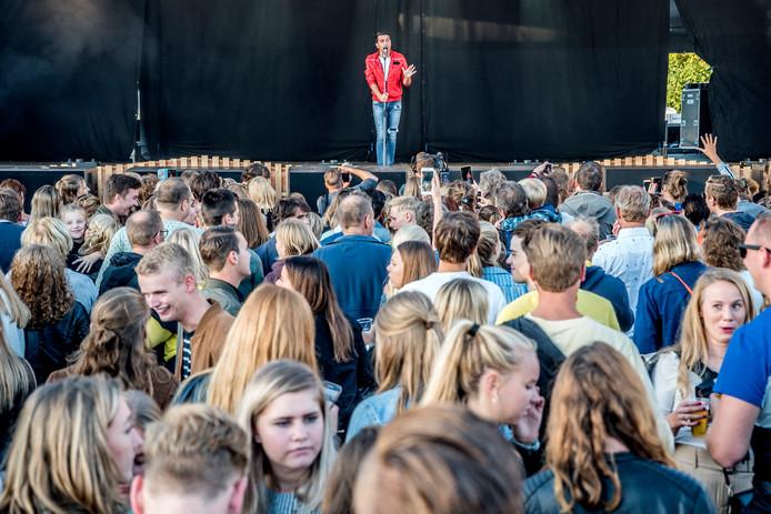 Jan Smit vermaakt het publiek tijdens Opperdepop in Bergschenhoek.