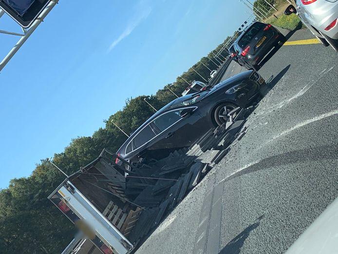 Een auto met aanhanger is geschaard op de A1.