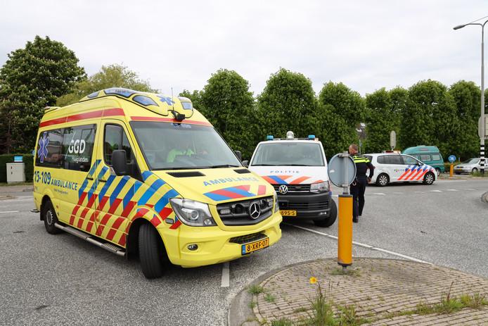 Op de Delftsestraatweg in Delfgauw is donderdagmiddag 16 mei een scooterrijdster aangereden door een politieauto.