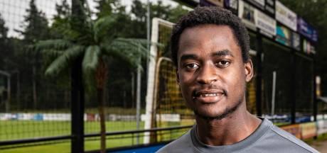 Rahem (24) voetbalde in Liberia op schoenen met gaten, nu dendert de avonturier langs de lijn in Vorden