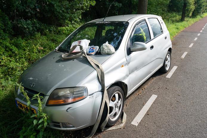 De auto aan de Brouwerslaan was gestrand en is inmiddels door de eigenaar opgehaald. foto: Wouter Borre