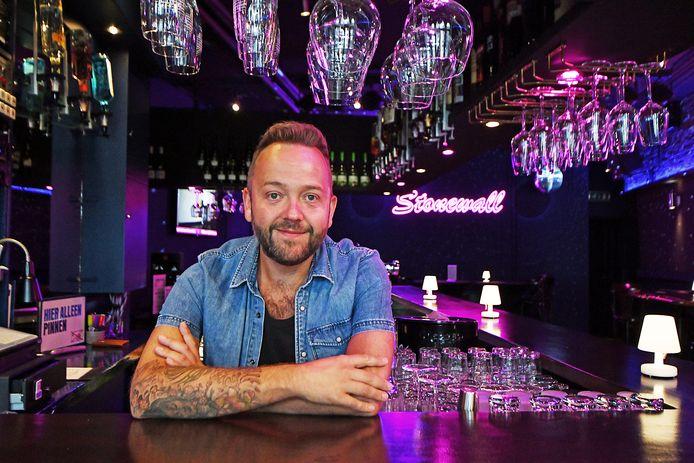 Sander zet zich nu in voor de regenboogcommunity en werkt als activiteitencoordinator en barman bij Café Stonewall in Enschede.