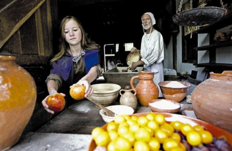 Dochter Bo gaat met een ¿bewoner¿ van het Archeon (r) een appeltaart bakken. (FOTO'S VALERIE KUYPERS, ANP) Beeld ANP