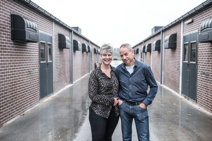 Hetty en Rudi Krüs bij hun nieuwe stallen.
