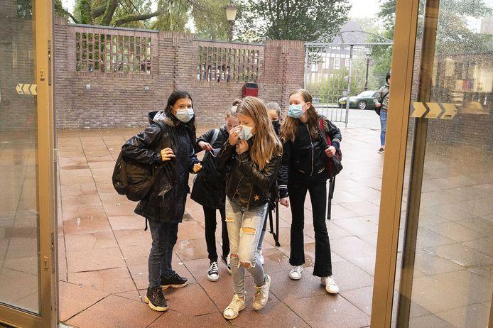 Leerlingen van het Amsterdams Lyceum dragen een mondkapje tijdens de inloop van de les.