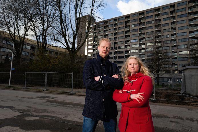 Wouter Smink en Marit de Jong zijn gezichten achter het Geef ouderen hun stem terug manifest. Komen uit Twente, maar woonden tijdelijk in verzorgingshuis Tuindorp-Oost. Ze staan voor de flat waar hun visie op ouderenzorg is ontstaan.