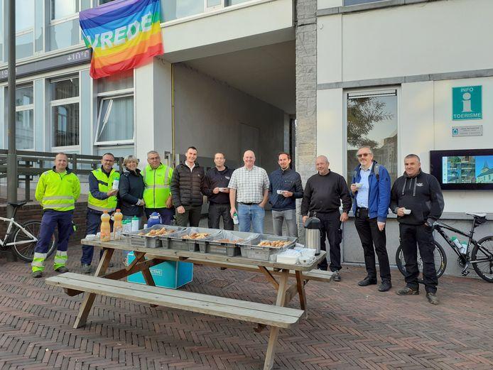 Gemeentepersoneel dat naar aanleiding van Car Free Day te voet, met de fiets of de step naar het werk was gekomen, kreeg daarvoor een smakelijke beloning.