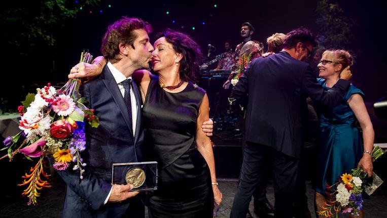 Winnaars Ramsey Nasr en Marieke Heebink in een innige omhelzing na de uitreiking van de toneelprijzen. Beeld anp