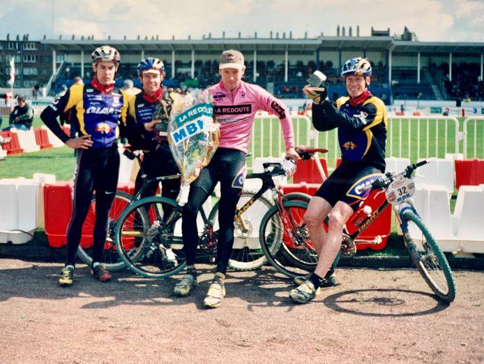 Winnaar Gerben de Knegt in roze trui op de wielerbaan van Roubaix. Samen met zijn ploeggenoten van Giant.  Jan Weevers houdt dé kei omhoog.