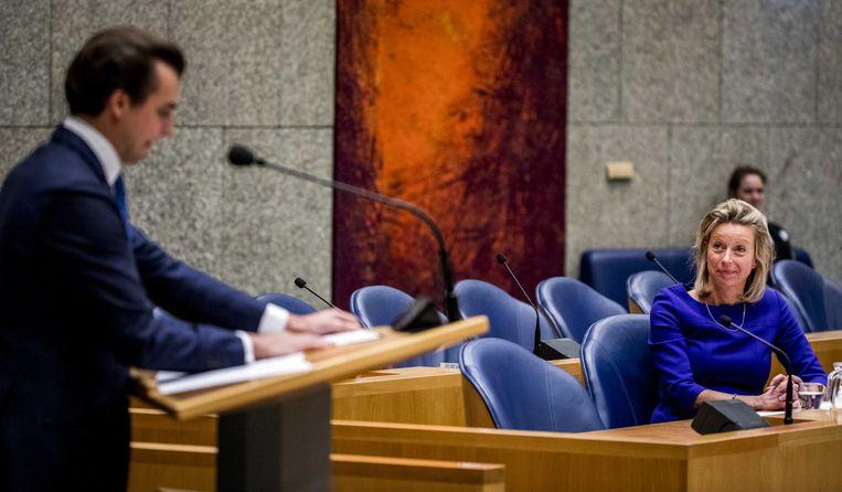 Kajsa Ollongren, minister van Binnenlandse Zaken, kijkt naar Thierry Baudet (FvD) tijdens het debat over de intrekking van de Wet raadgevend referendum.
