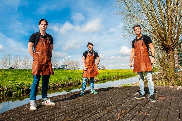 Max Klein, Ido Kehati en Hielke Kruyt breiden hun onderneming uit na het succes van hun barbecuevlot vorige zomer.