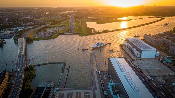 Bij jachtbouwer Oceanco in Alblasserdam waren vijftien personen aan het feestvieren op een boot. Eén van hen testte positief op corona, waardoor tien agenten noodgedwongen in quarantaine thuis zitten.