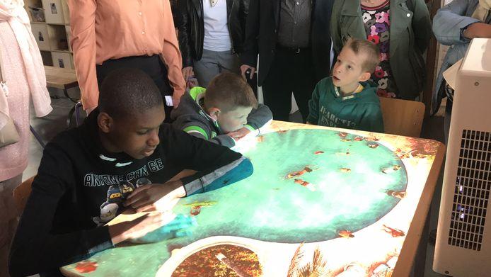 De kinderen proberen de Omi Vista uit.