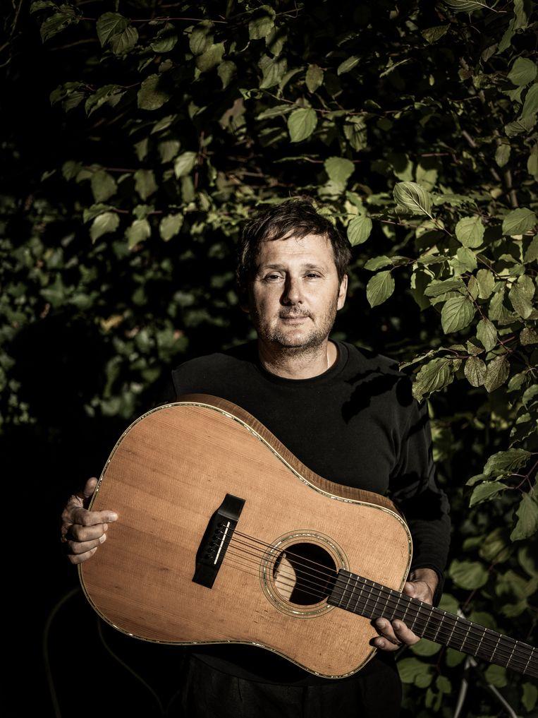 Joost Zweegers: 'Ik geniet ervan om Lucs songs te zingen, omdat ik ze voel in mijn buik. Hij kon melancholisch zijn zonder ooit melig te worden.' Beeld Diego Franssens